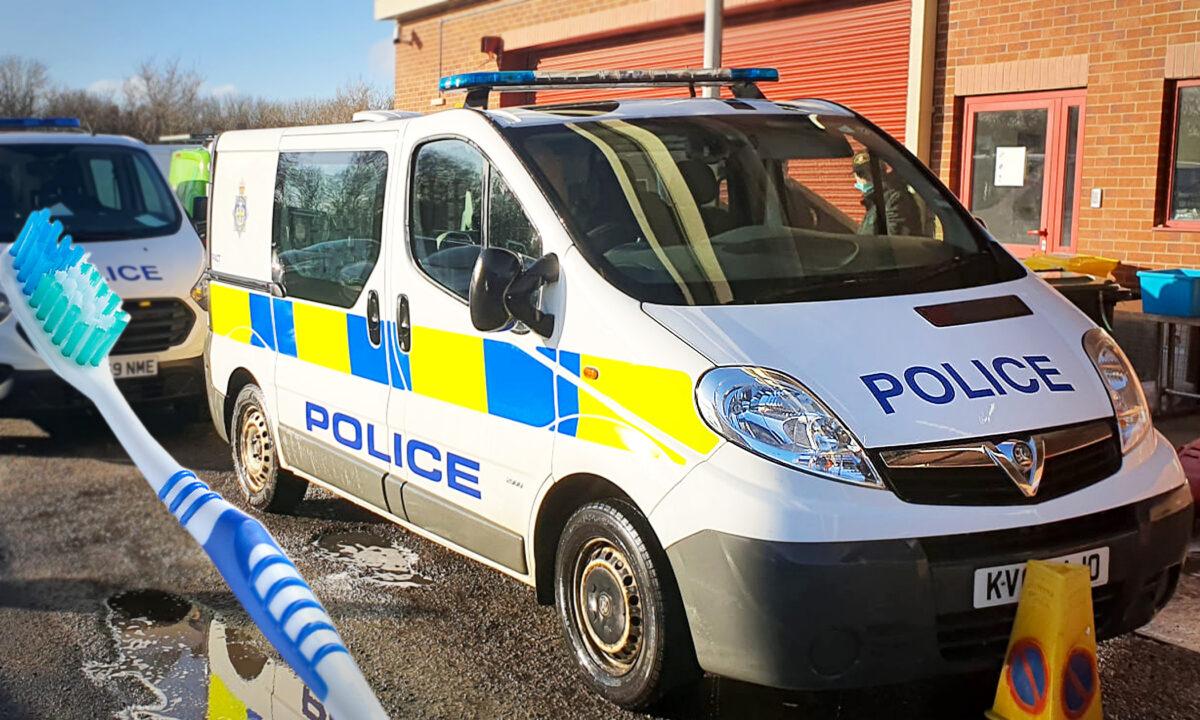 左:清理警車的牙刷。(Shutterstock) 右:警車。(由彼得利警察局提供)