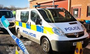 英少年向警車擲泥漿 警察讓其用牙刷「清潔」