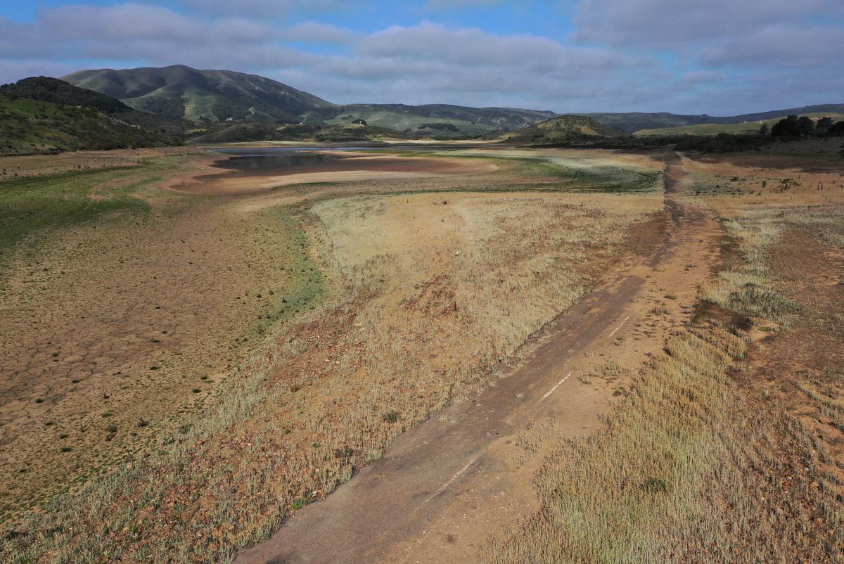 2021年4月23日,美國加州尼卡西奧(Nicasio),由於氣候乾旱,尼卡西奧水庫(Nicasio Reservoir)原本位於水下的區域大面積乾涸裸露。(Justin Sullivan/Getty Images)