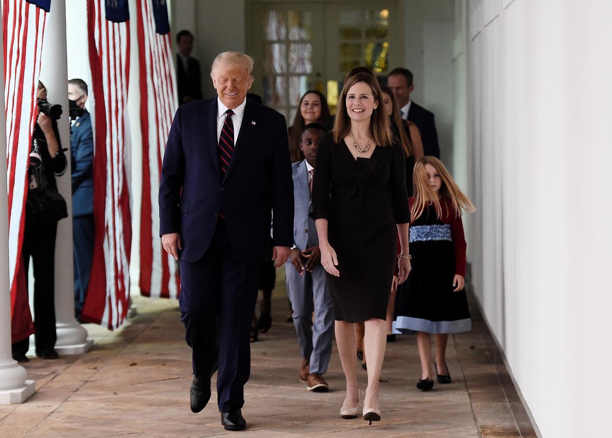 2020年9月26日,華盛頓DC,特朗普總統在白宮舉行記者會,提名聯邦第七巡迴上訴法院法官艾米・科尼・巴雷特(Amy Coney Barrett)為最高法院大法官。圖為艾米・科尼・巴雷特(右)攜家人準備出席記者會。(OLIVIER DOULIERY/AFP via Getty Images)