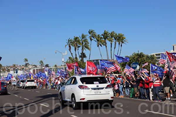 11月14日,聖地牙哥縣選民在聖地牙哥縣政府大樓前舉行集會,響應全國挺特朗普集會。(鄧舒語/大紀元)