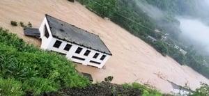 雲南昭通江水一夜暴漲8米 衝垮橋樑房屋