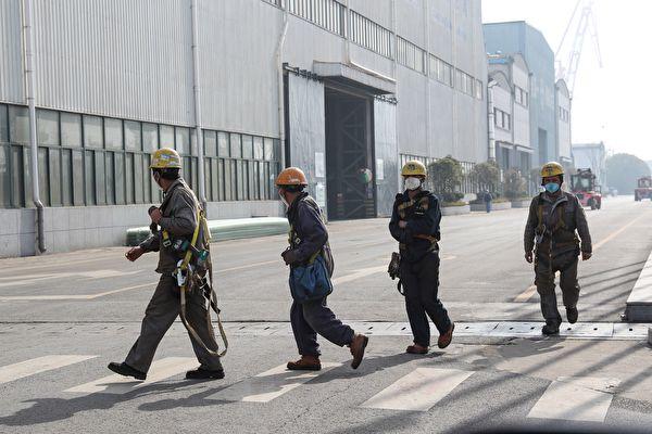 迄今(20日)不過是全國復工第十天,仍有許多地區尚未完全復工,但復工的廣東、北京各省卻相繼傳出多起工作場所出現遭感染的中共肺炎患者。(STR/AFP via Getty Images)