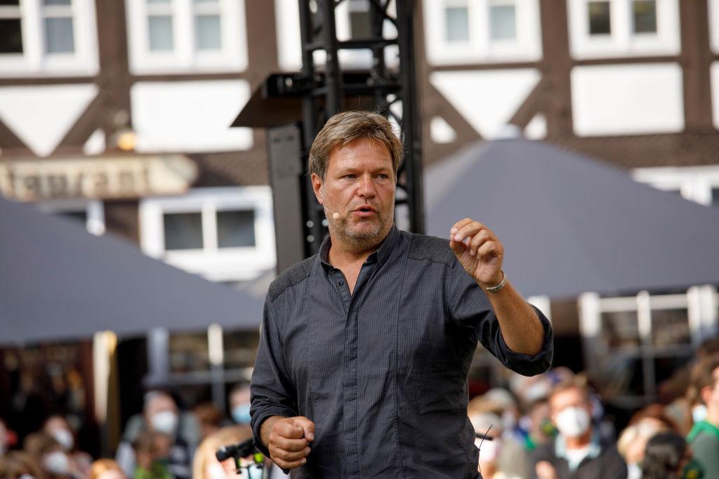 2021年8月9日,德國綠黨共同領導人羅伯特‧哈貝克(Robert Habeck)在競選集會上向支持者發表講話。(Carsten Koall/Getty Images)