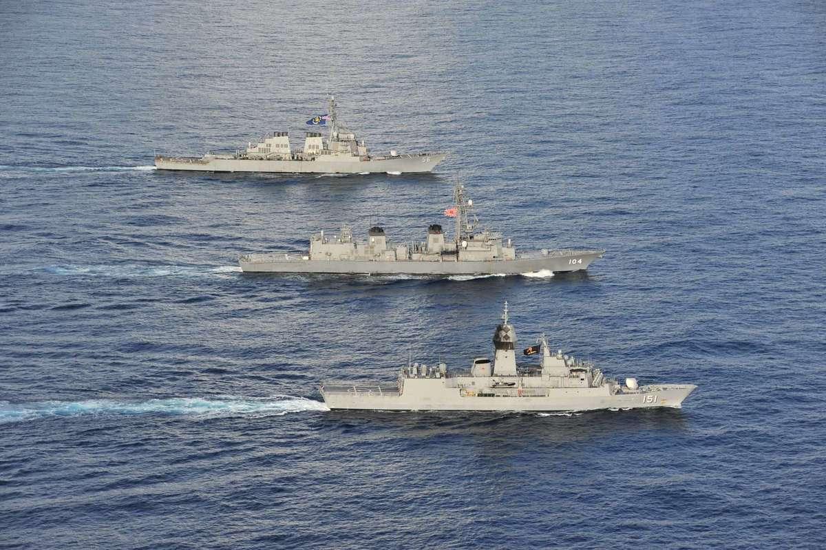 2020年10月20日,美軍伯克級驅逐艦麥凱恩號(DDG 56,後部),日本海上自衛隊驅逐艦霧雨號(DD 104,中部),澳洲皇家海軍阿倫塔號(FFH 151,前)在多國演習中一起在南中國海航行。(美國海軍)