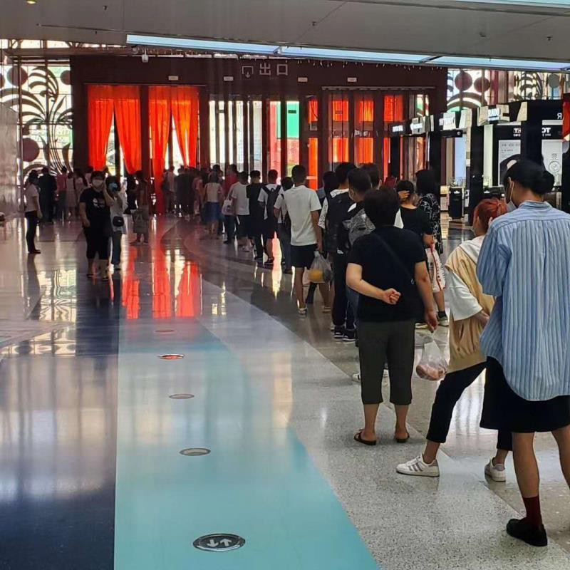 7月30日,沙河口區西安路的中央大道購物廣場臨時封閉,因五混檢測出現陽性,其中一人當時正好在該廣場,導致整個廣場全部封閉,全員核酸檢測。(網友提供)