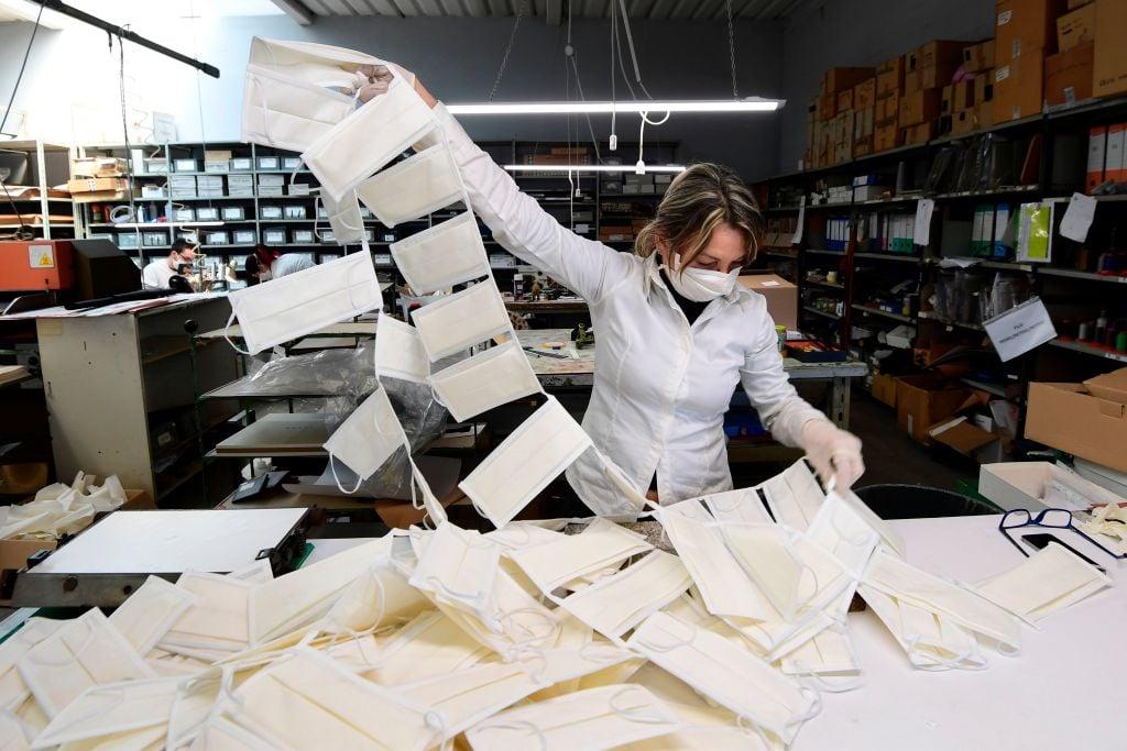 中共病毒(武漢肺炎)全球氾濫後,各國企業紛紛轉行生產口罩,以擺脫對中國市場的依賴。圖為意大利北部城市Vigevano一家皮革車間緊急轉型生產口罩。(MIGUEL MEDINA/AFP via Getty Images)
