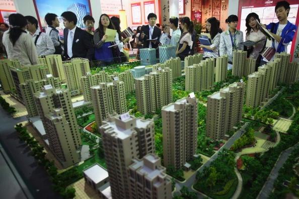 中國大陸房地產業指出,按照目前北京市民收入水準,「一家人」即使不吃不喝,仍需27年才能買到1套住房。圖為北京一樓盤展示處。(Feng Li/Getty Images)