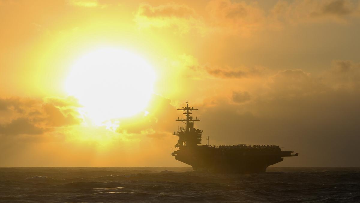 2021年1月3日,美國第七艦隊推特展示,隨著元旦之日太陽升起,羅斯福號航母在第三艦隊區域內穿越太平洋水域。(美國第七艦隊推特)
