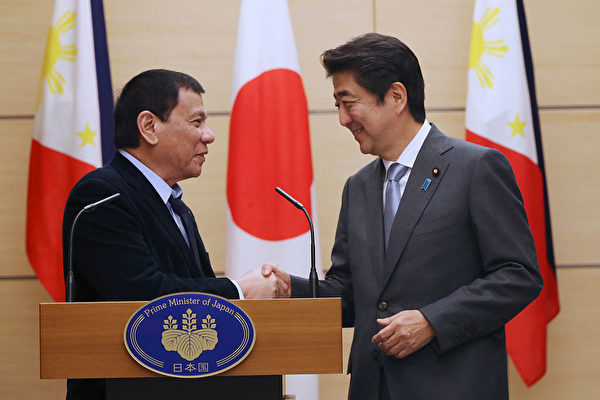 菲律賓總統杜特爾特訪日,向日本示好。(AFP/Getty Images)