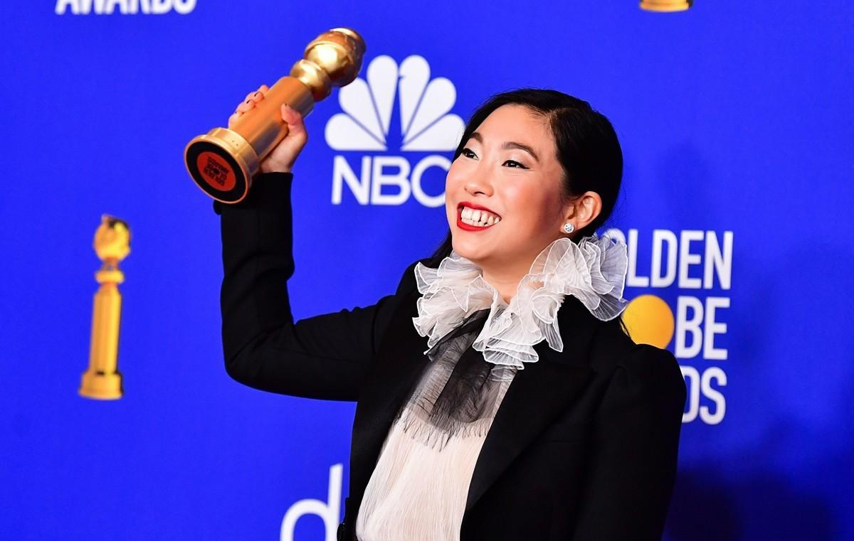 第77屆金球獎頒獎典禮1月5日晚舉行,31歲的華裔女演員林家珍(Nora Lum)以出演《別告訴她》(the Farewell),獲喜劇類最佳女主角獎。(FREDERIC J. BROWN/AFP via Getty Images)