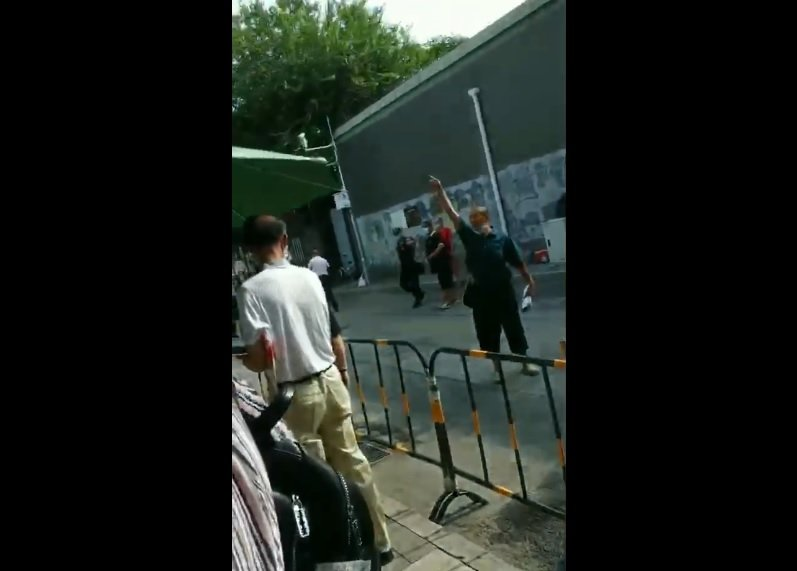 2020年8月6日上午,四川訪民方中玉夫妻,在國家信訪局前高舉著手大喊:「打倒共產黨!」後失蹤。(影片截圖)