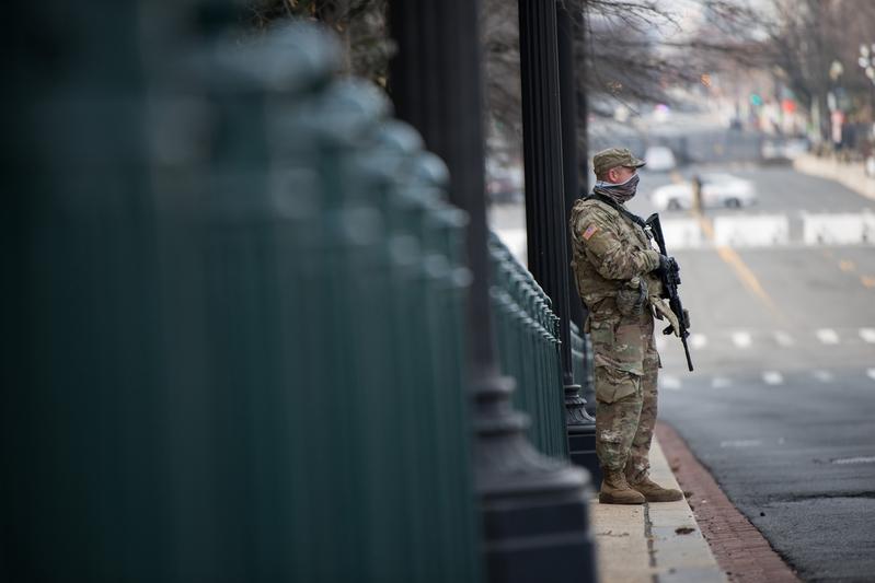 2021年1月15日,一名國民警衛隊士兵在美國國會大廈的獨立大街(Independence Ave)上執勤。(Liz Lynch/Getty Images)