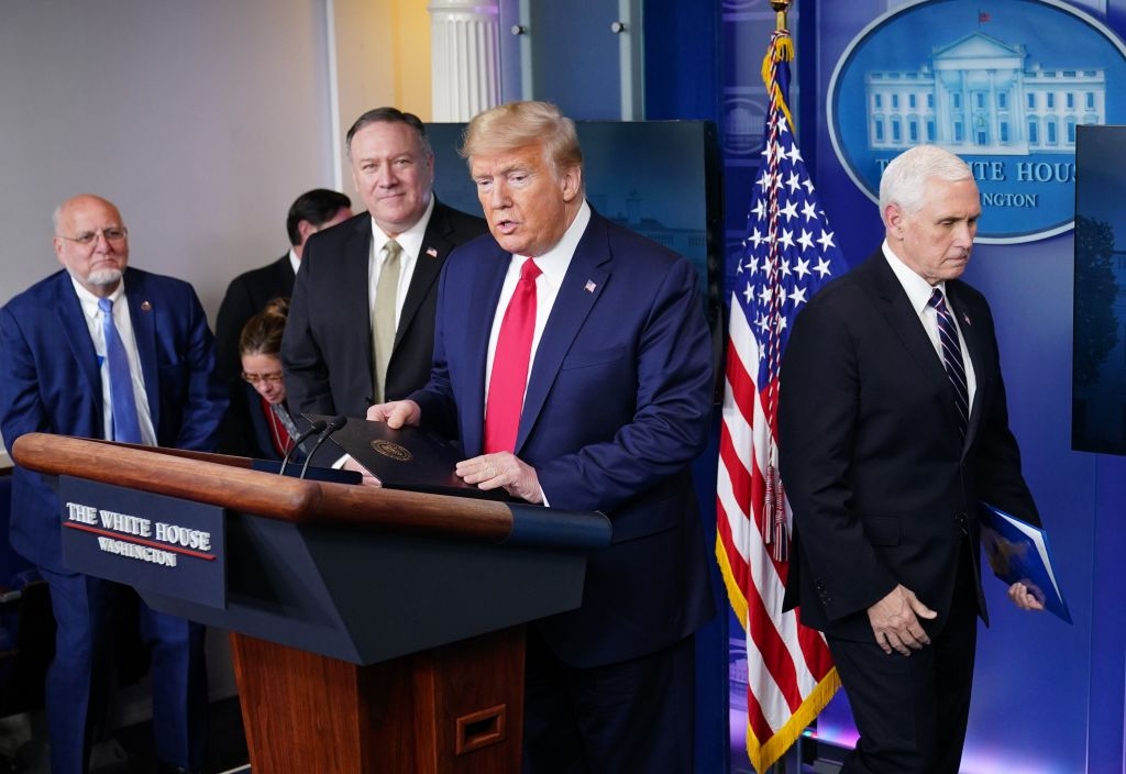 在2020年4月8日的白宮記者會上,特朗普總統針對譚德塞有關裹屍袋的言論回應說,把問題政治化的正是譚德塞自己。(MANDEL NGAN/AFP via Getty Images)