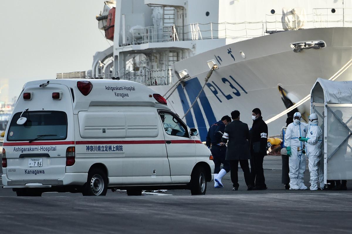 2020年2月7日,身著防護裝備的人員在為「鑽石公主號」遊輪上的疑似中共肺炎患者提供護理,並將患者進行轉移,因為擔心船上仍被隔離的3,700多人會被感染。(Photo by STR/JIJI PRESS/AFP )