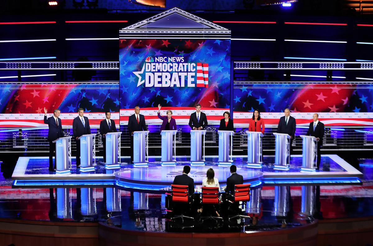 6月26日,民主黨總統參選人首次辯論會。據美國之音報道,10名參選人中,4人對中共態度強硬。(Joe Raedle/Getty Images)