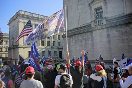 圖為2020年11月7日中午,在新州舉行「停止竊選」集會的民眾,聚集起來為美國和特朗普總統祈禱。(黃小堂/大紀元)