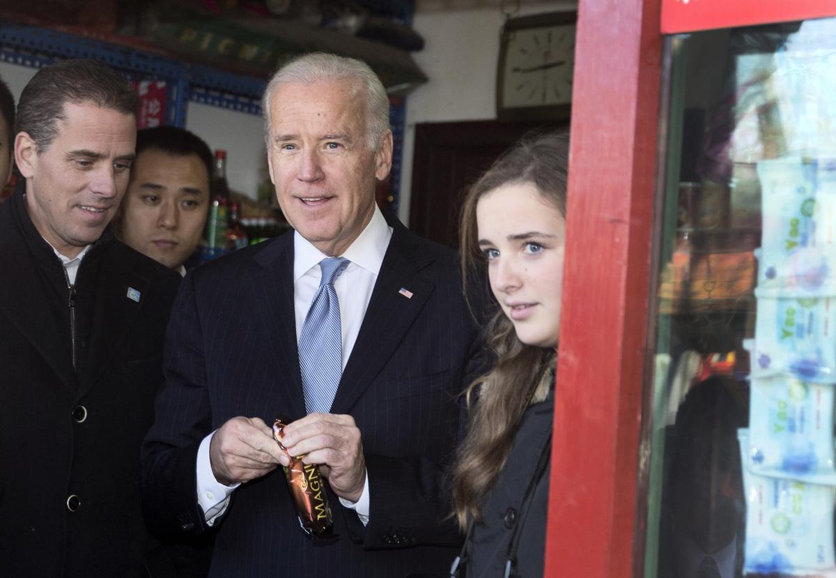 2013年12月5日,美國副總統拜登(中)與孫女菲妮根‧拜登(Finnegan Biden,右)和兒子亨特‧拜登(Hunter Biden,左)在北京胡同遊覽。(ANDY WONG/POOL/AFP)