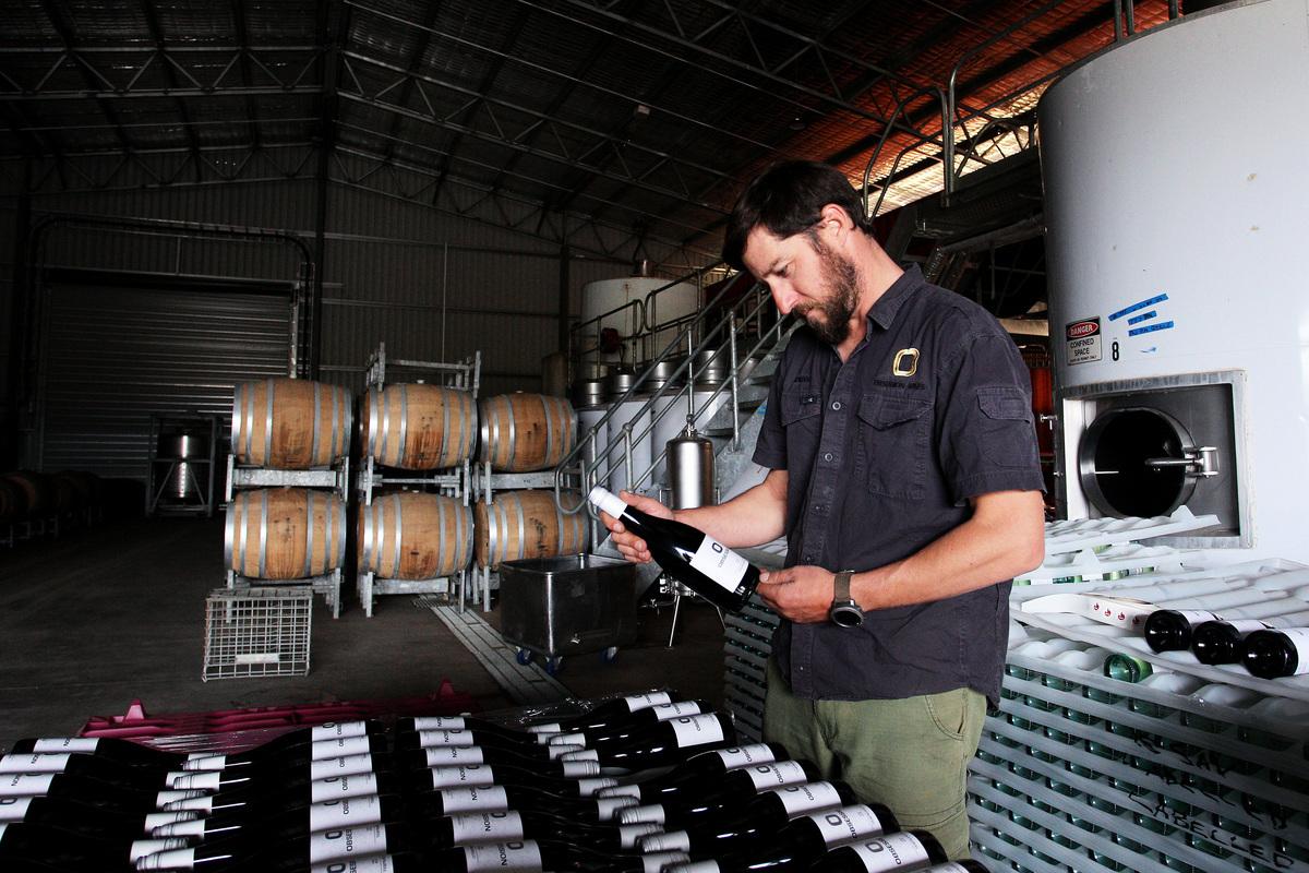 2021年6月19日,澳洲就中國對澳洲葡萄酒出口徵收反傾銷稅向世貿組織正式提起申訴,以此捍衛澳洲葡萄酒製造商。圖為葡萄酒品牌Obsession Wines的生產商Adrian Brayne。(Lisa Maree Williams/Getty Images)