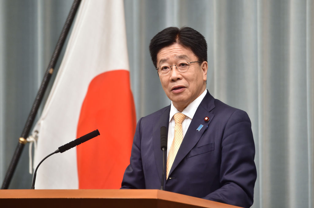 4月6日,日本內閣官房長官加籐勝信(Katsunobu Kato)在東京舉行的新聞發佈會上說,日本需要評估訂立人權制裁法的重要性。(KAZUHIRO NOGI/AFP via Getty Images)