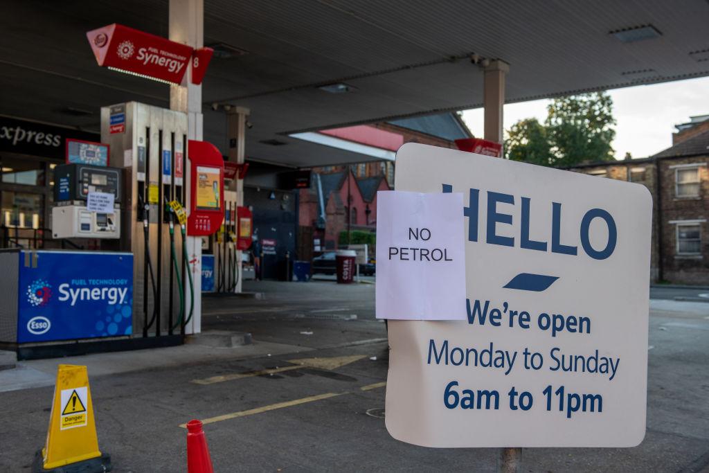 2021年9月26日,英國倫敦的一家加油站貼出通知說,已沒有燃油可以供應。(Chris J Ratcliffe/Getty Images)