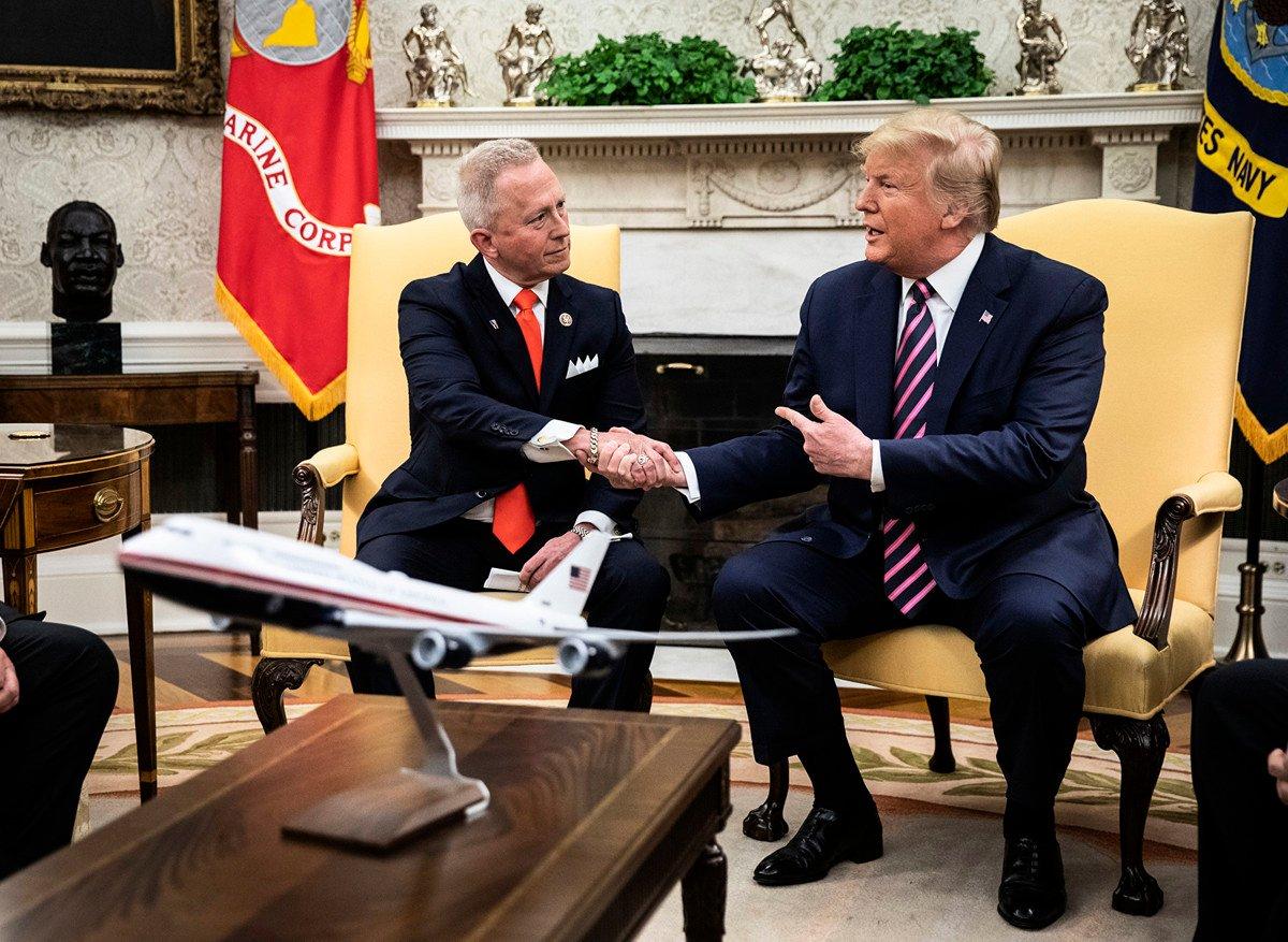 2019年11月19日,特朗普總統在白宮會見從民主黨籍轉為共和黨籍的眾議員范·德魯(Jeff Van Drew)。(Drew Angerer/Getty Images)