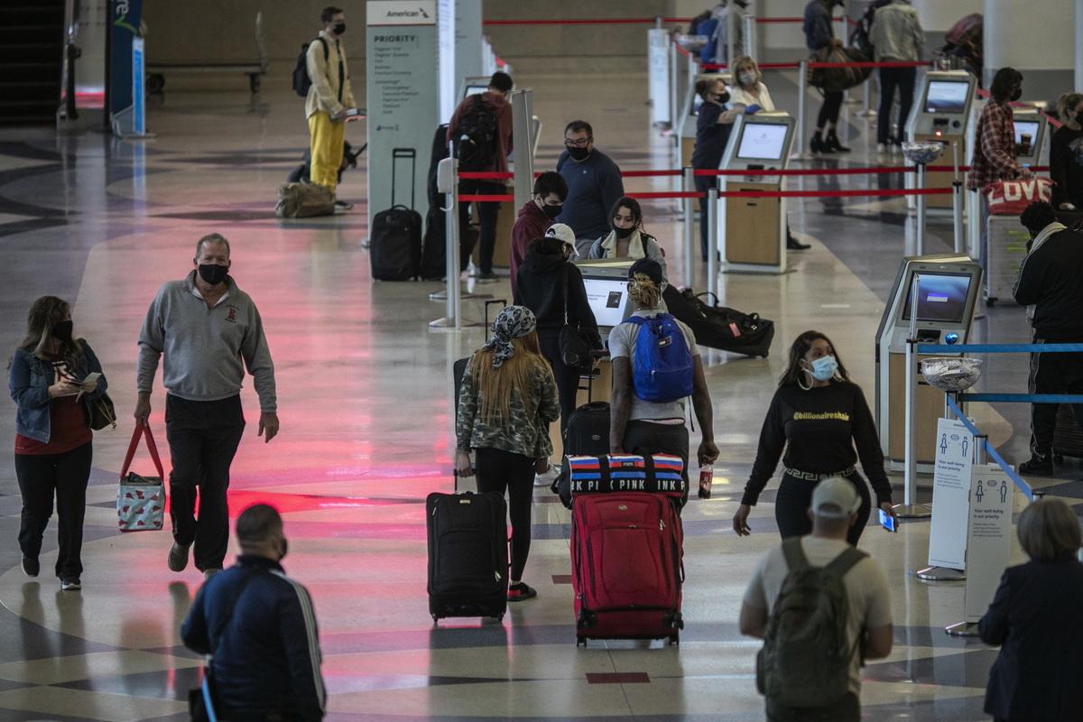 圖為2020年11月25日,在洛杉磯國際機場的旅客。(David McNew/Getty Images)