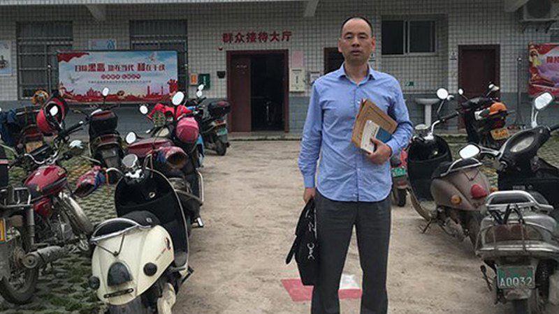 大陸維權律師盧思位,在被當局吊銷律師執照一案聽證會前一天,遭到不明身份人士堵截威脅。圖為盧思位律師。(大紀元資料室)
