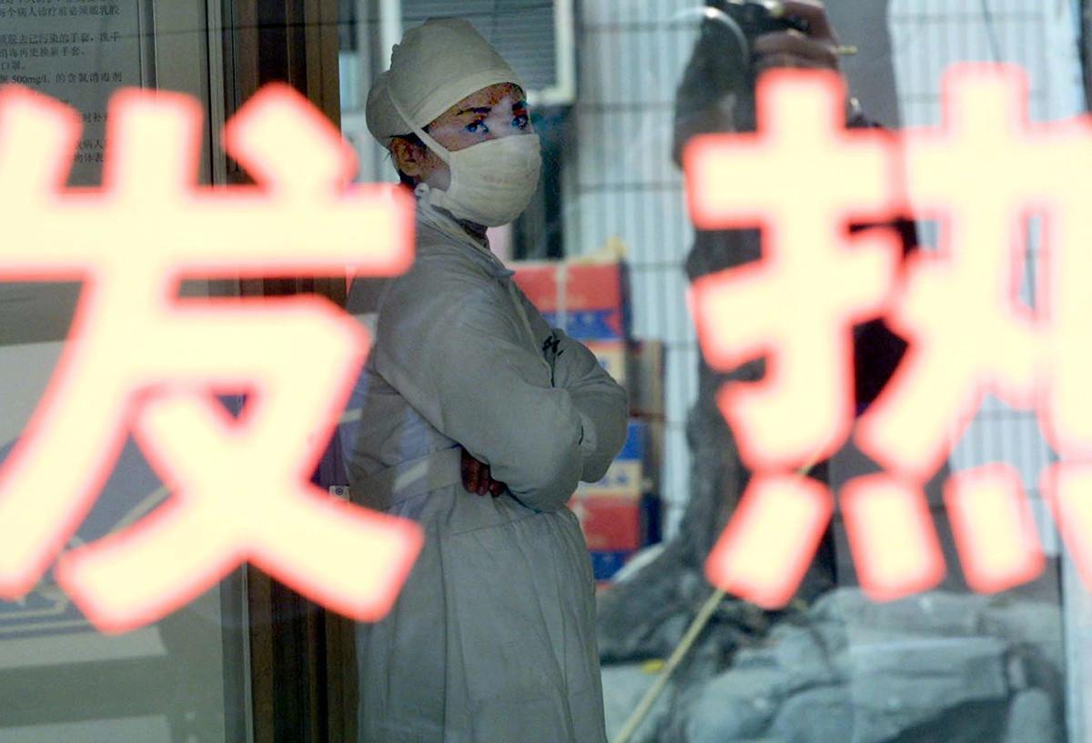武漢新型冠狀病毒感染的肺炎疫情迅速蔓延。中共官方承認武漢肺炎疫情人傳人,迄今有4例死亡病例。民眾恐慌,疑官方此前「瞞報」疫情。圖為2003年中國遭SARS襲擊時,廣州一家醫院的一名護士。(STR / AFP)