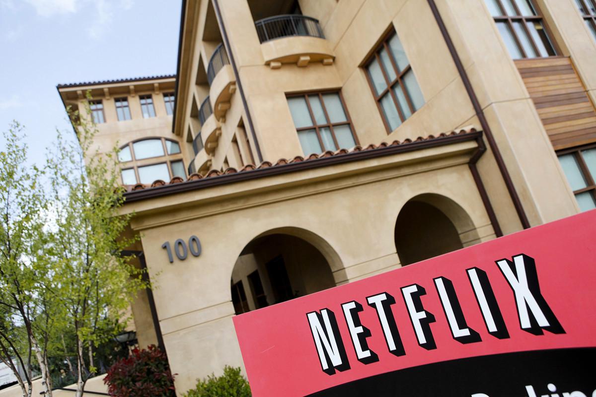流媒體龍頭網飛(Netflix)今年受惠於宅經濟效應,股價大漲64%,但該公司的第三季展望卻不如市場預期,7月16日盤後股價一度下挫10%。(Ryan Anson/AFP via Getty Images)
