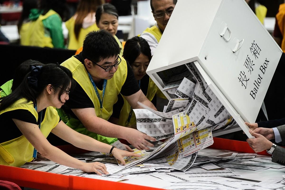 香港11月24日將舉行區議會選舉,英國勳爵阿爾頓(David Alton)前去監督。(ANTHONY WALLACE/AFP via Getty Images)