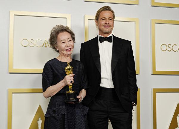 尹汝貞(左)以《農情家園》摘得第93屆奧斯卡最佳女配角,與畢彼特(Brad Pitt)在奧斯卡頒獎典禮上合照。(Chris Pizzello-Pool/Getty Images)