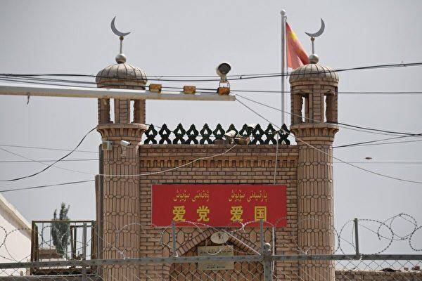 2019年6月4日,在新疆喀什以南的英吉沙縣,印有「愛黨、愛國」標語的清真寺。(GREG BAKER/AFP via Getty Images)