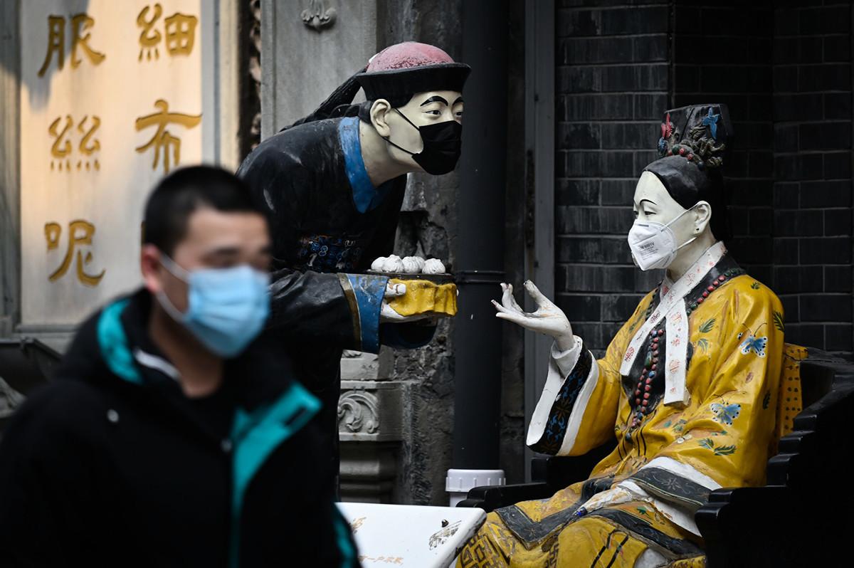 北京餐廳被曝即使開業,仍然入不敷出,有的飯店營業額甚至大減90%。圖為北京一家飯店門口。(攝於2020年3月6日)(STR / AFP)