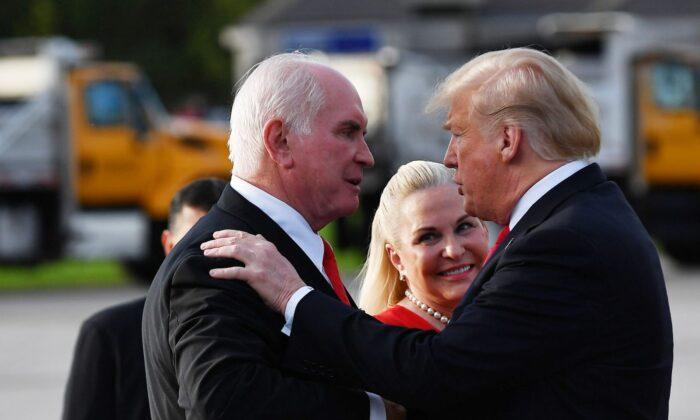 圖為2018年10月10日,特朗普總統抵達賓夕凡尼亞州伊利國際機場時向眾議員邁克·凱利(Mike Kelly)和他的妻子維多利亞(Victoria Kelly)問候。(MANDEL NGAN/AFP)