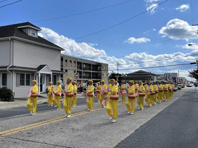 美國新州哥倫布日遊行 腰鼓隊贏得一路喝彩