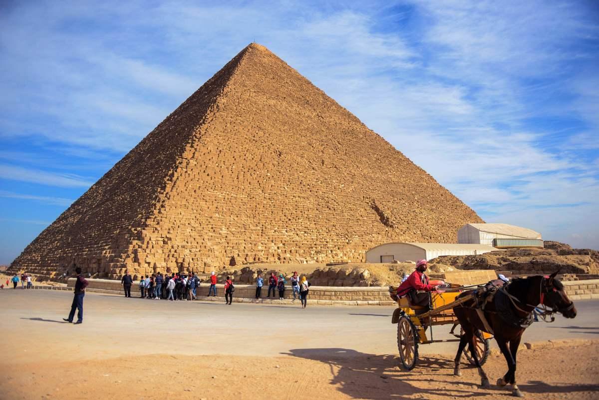 美國特斯拉汽車公司行政總裁馬斯克聲稱,金字塔是外星人建造的。圖為2017年12月6日,埃及的吉薩大金字塔。(MOHAMED EL-SHAHED/AFP via Getty Images)
