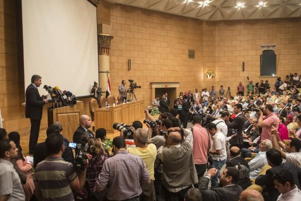 埃及的航空部長謝里夫(Sherif Fathy)在新聞發佈會上說,不排斥恐怖襲擊的可能。 (KHALED DESOUKI/AFP/Getty Images)