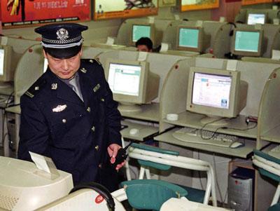 中共正在將網格化升級、延伸至網絡空間,試圖將中國社會從現實到虛擬空間,都打造為一個網格大監獄。圖為北京一處網吧內,警察正在巡邏。(AFP)