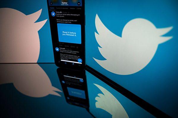 Twitter的標誌顯示在智能手機和平板電腦的屏幕上。攝於2020年10月26日,法國圖盧茲(Toulouse)。(萊昂內爾‧博納文特/Getty Images)