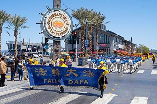 5月8日,美國三藩市部份法輪功學員在漁人碼頭旅遊景點遊行,恭祝師父華誕,慶祝「世界法輪大法日」。(周容/大紀元)