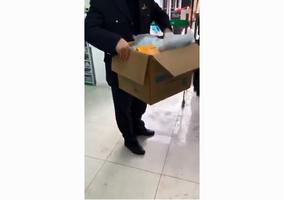 自稱有文件 上海官員成箱拿藥房口罩引眾怒