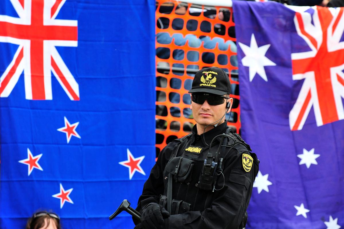澳洲和紐西蘭政府發佈聯合聲明說,有明確的證據表明新疆存在嚴重侵犯人權的行為。圖為一名士兵站在澳洲和紐西蘭國旗前。(MUSTAFA OZER/AFP via Getty Images)