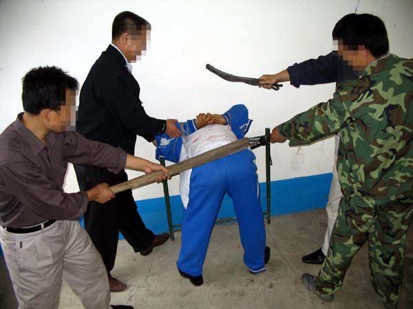 中共酷刑示意圖:暴打。(明慧網)