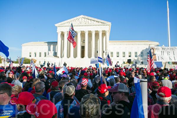 民眾在最高法院外集會。(李莎/大紀元)