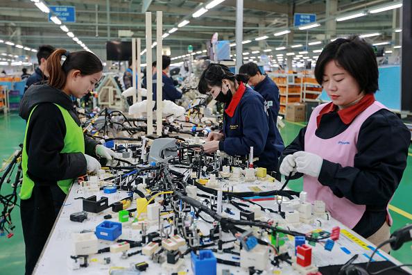 中美貿易戰不僅促使外企遷離中國,日媒報道稱,中企也在尋求搬出中國,避免關稅。 示意圖。(STR/AFP/Getty Images)