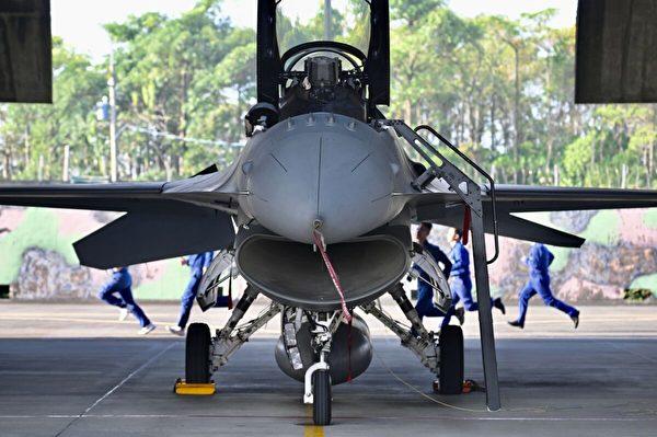 2020年1月15日,在台灣南部嘉義的一個軍事基地,在一次訓練演習中,一群台灣空軍技術人員在一架美國製造的F-16V戰鬥機後面奔跑。(Sam Yeh/AFP via Getty Images)