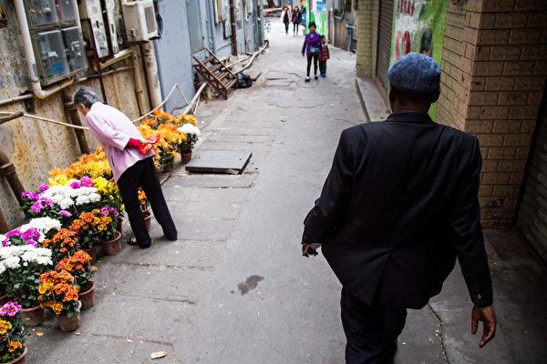 中共司法部就《外國人永久居管理條例》立法公開徵求意見引發強烈反彈。圖為廣東東莞一名非洲男子。( Betsy Joles/ Getty Images)