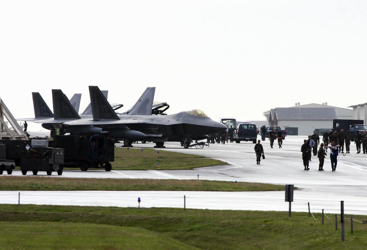 日本沖繩的嘉手納空軍基地是美軍在亞太地區規模最大的空軍基地,F-22A戰機也曾短暫部署。(YOSHIKAZU TSUNO/AFP via Getty Images)