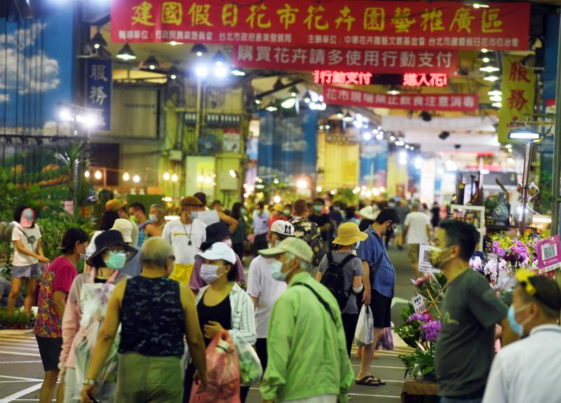 台灣COVID-19(中共病毒)疫情趨緩,7月17日微解封首個假日,台北市建國假日花市恢復營業,吸引不少愛花民眾到花市買花。(中央社)